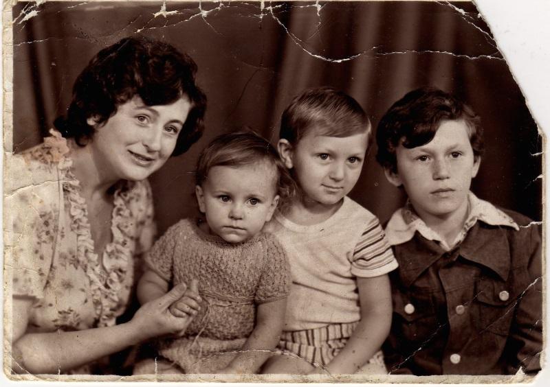 Рис. 1. Мама и два брата