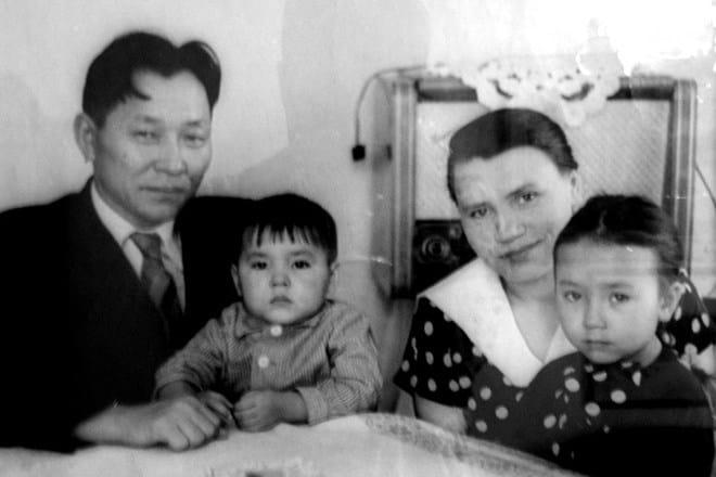 Рис. 2. С. Шойгу в детстве с родителями
