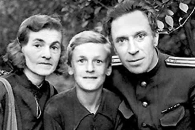 Рис. 2. Игорь с родителями