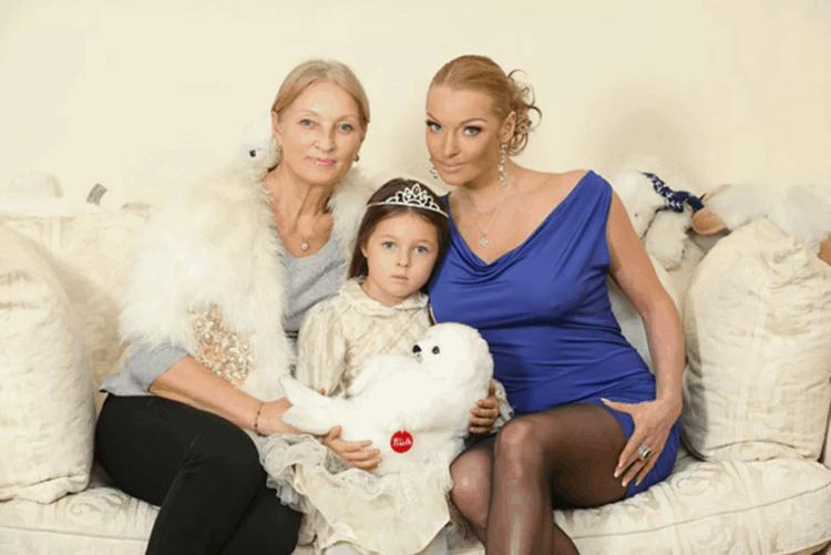 Рис. 5. С мамой и дочерью