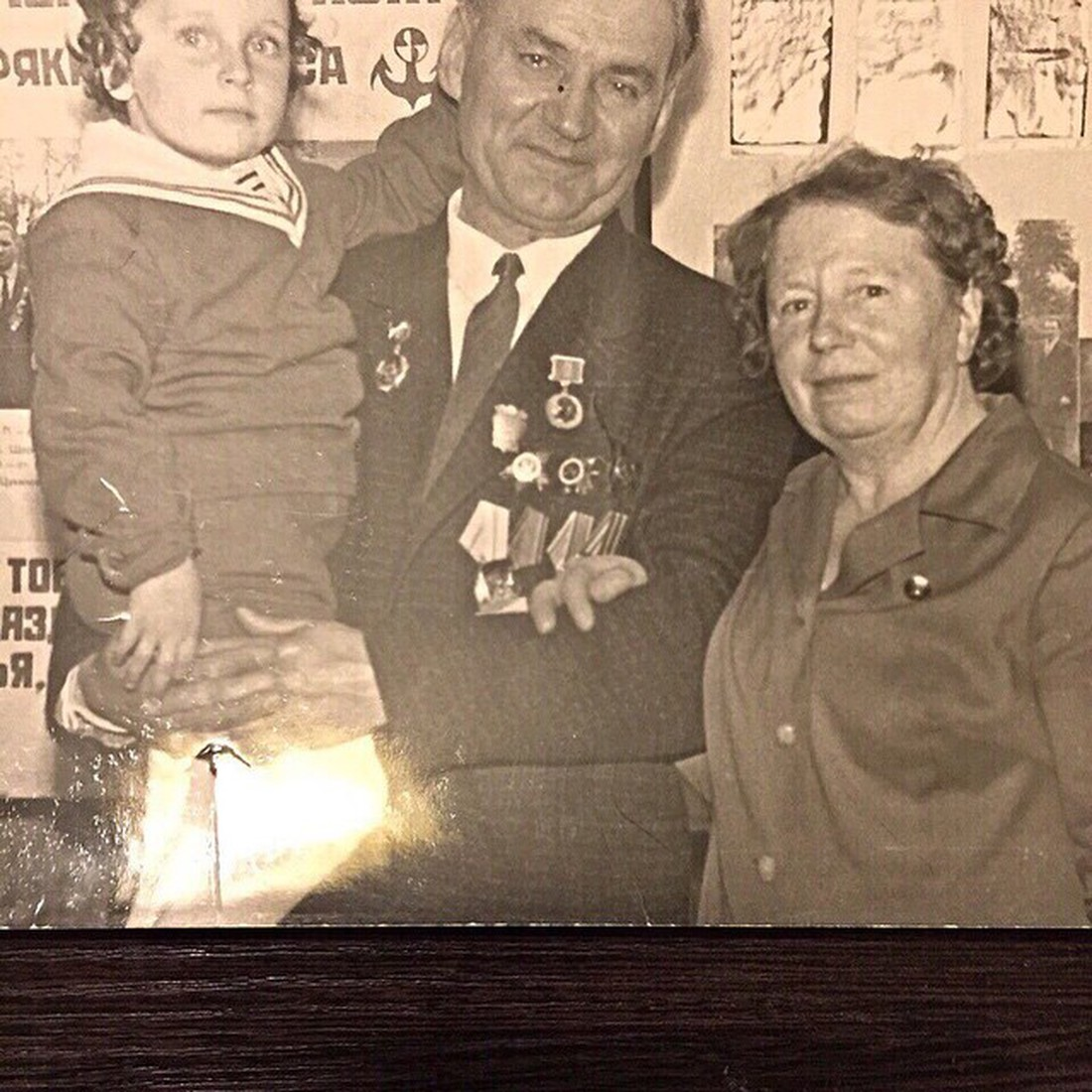 Рис. 1. Дима с бабушкой и дедушкой