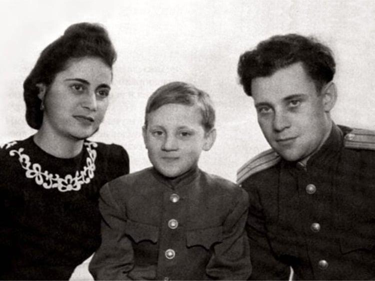 Рис. 2. Маленький Владимир с отцом и мачехой