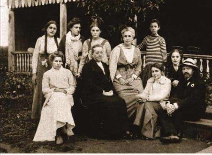 Рис. 6. Бальмонт с женой Екатериной, дочерью Ниной и родственницами