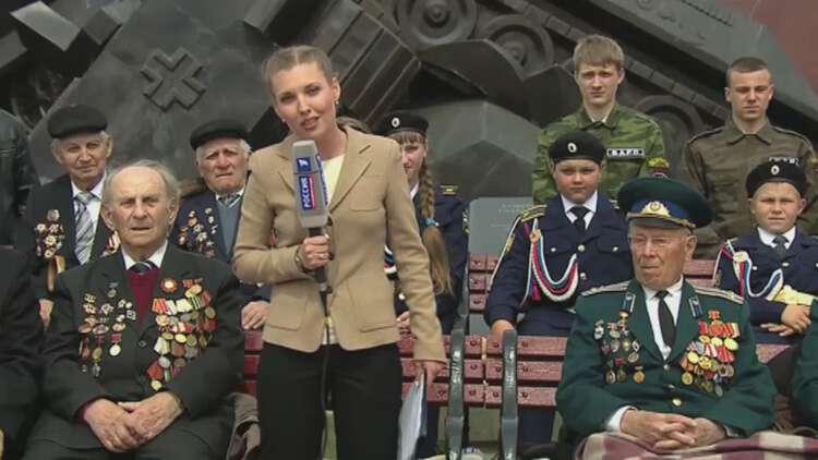 Рис. 1. Репортер Скабеева во время репортажа