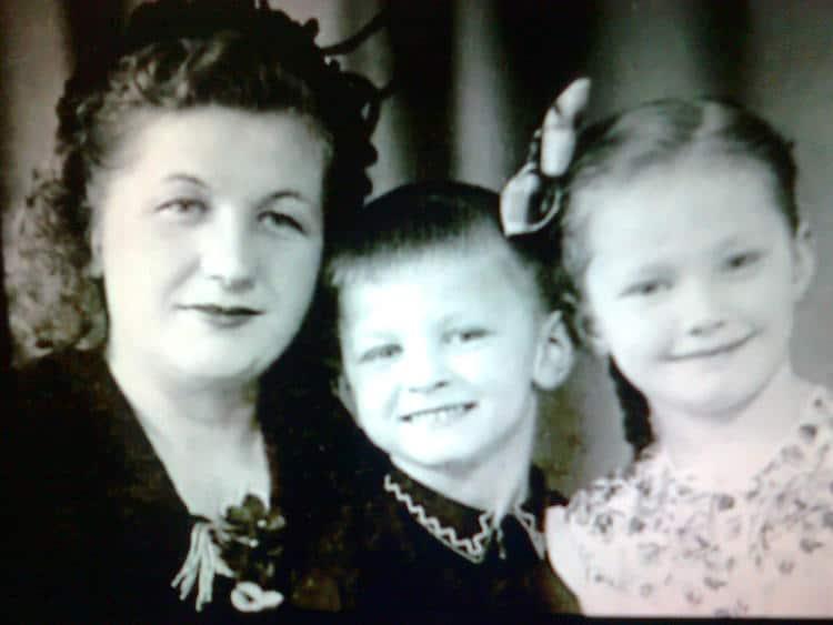 Рис. 2. Алла Пугачева с мамой и братом Евгением